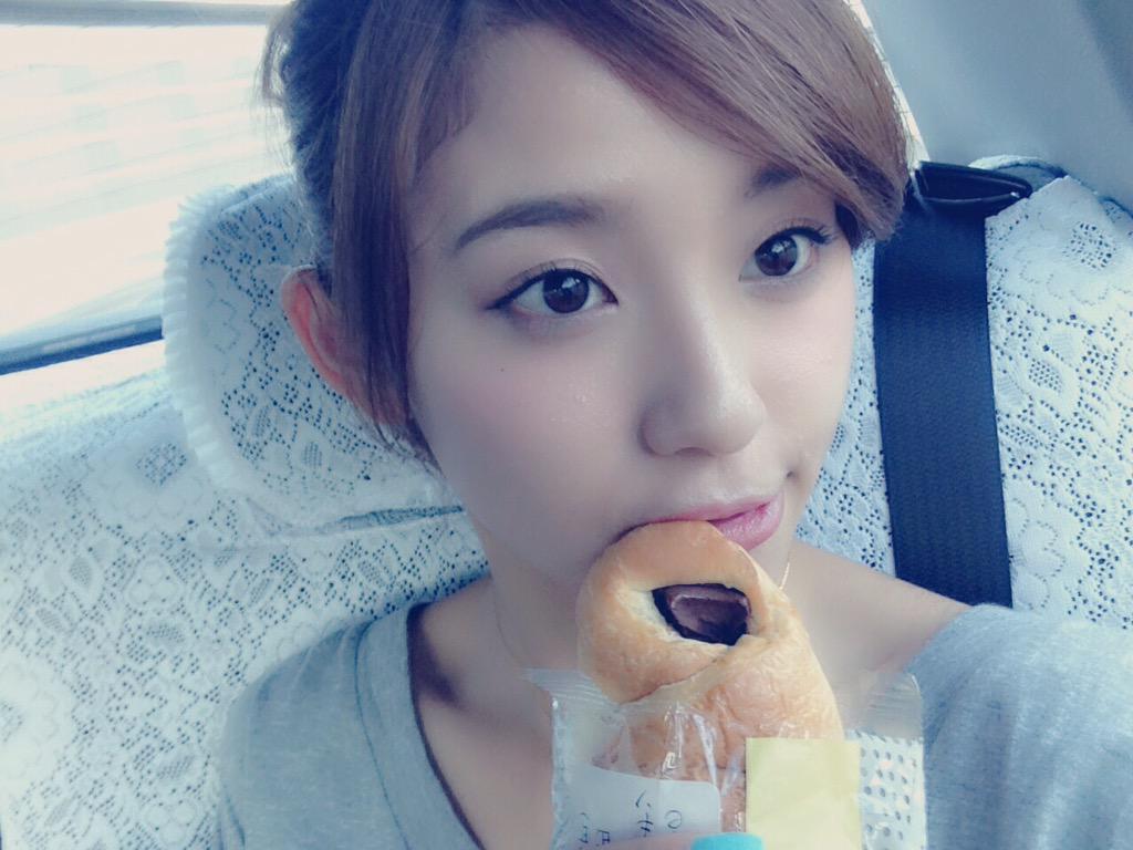 菓子パンを食べる朝比奈彩