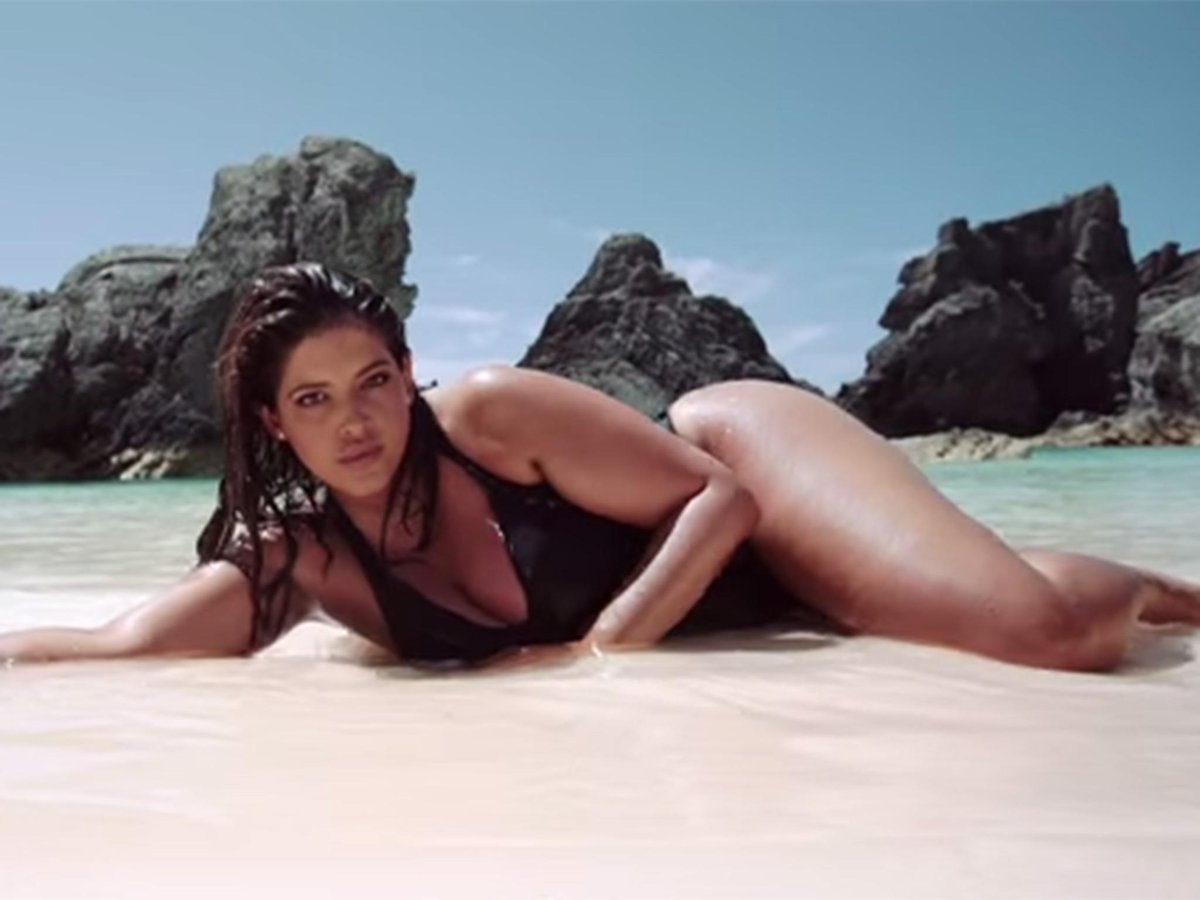 818805946fce5 Model shows off her cellulite and stretch marks in unretouched swimwear  campaign  plussized - scoopnest.com