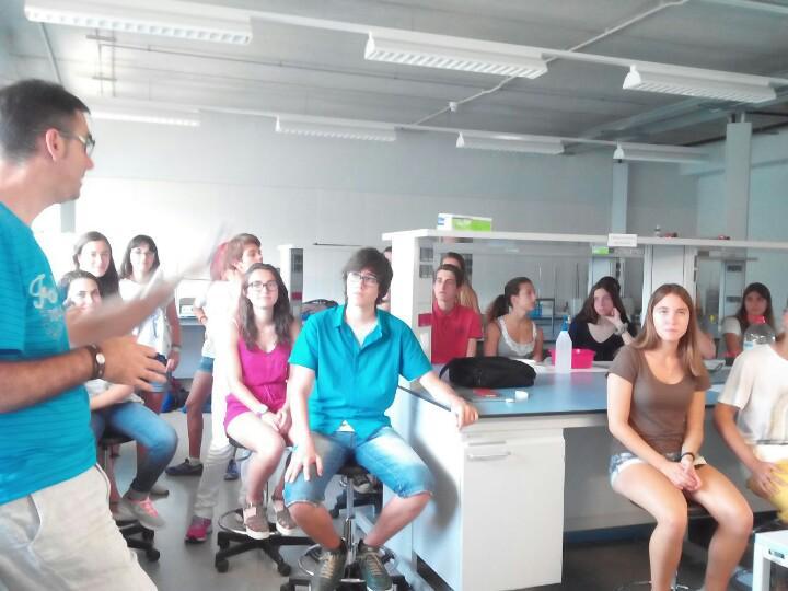 """A l'interessant taller """"Experimentem amb materials"""". Escola Politècnica Superior @univgirona #prebat15 http://t.co/m67IzRZdbe"""