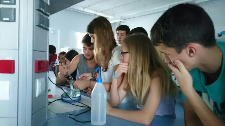 Esferificacions de menta i granadina. Investiguem al laboratori amb J.A Méndez #prebat15 http://t.co/iTX9vCA3IP