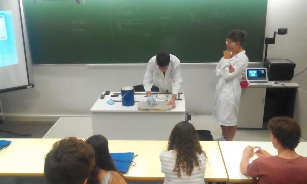 """Taller de química i """"levitació""""amb @pquimic i @lvicensserra #prebat15 http://t.co/lA93assoMc"""