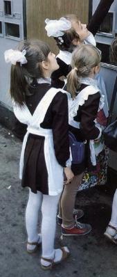 いいですか?ロシア系の女学生の髪留めは白いぽんぽんだと決まっています。今は地域差もありますが、幼稚園から普通のギムナジウム(高校みたいなの)までみんなお人形さんみたいな制服を着るんですよ。
