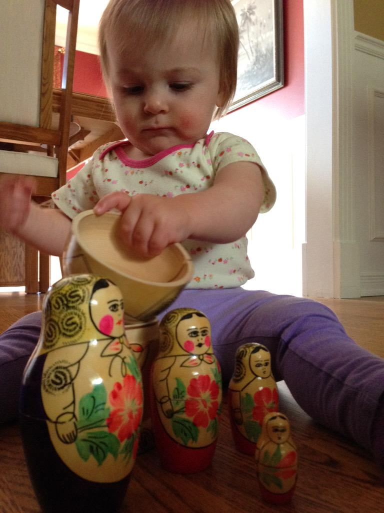 Charlotte joue avec mes poupées russes #mathphoto15 une nouvelle génération et #similitude http://t.co/ciiAHSvqzE