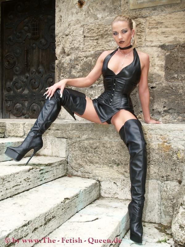 Mistress noir in club - 1 8