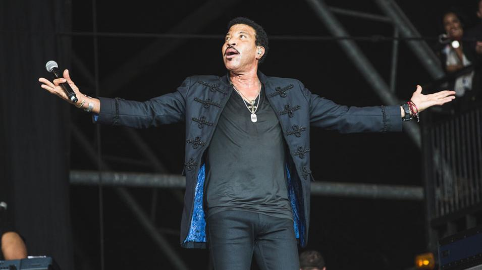 """RT @NME: .@LionelRichie on Glastonbury: """"There was a nude doll of me in the crowd with a hard-on"""" http://t.co/vSYYGqq1nN http://t.co/puJaa4…"""