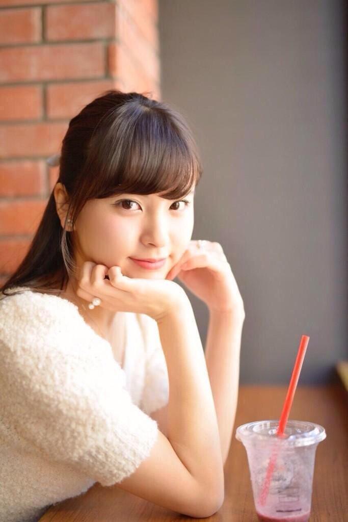 頬杖をついている角谷暁子