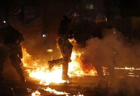 Grecia Video: scontri in Piazza Syntagma, nel centro di Atene, tra lancio di molotov e lacrimogeni