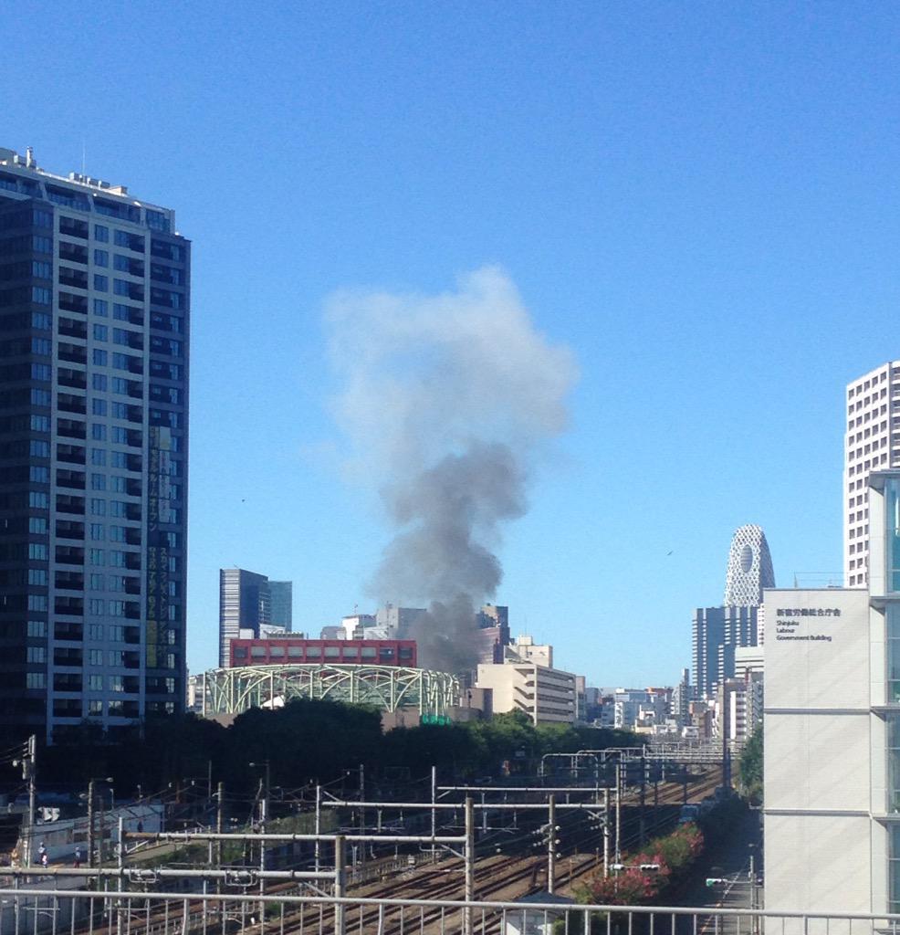 なんか新宿のほうで爆発音がしたから窓の外みたら、めちゃ煙出てる…… pic.twitter.com/aGxHdssRqW