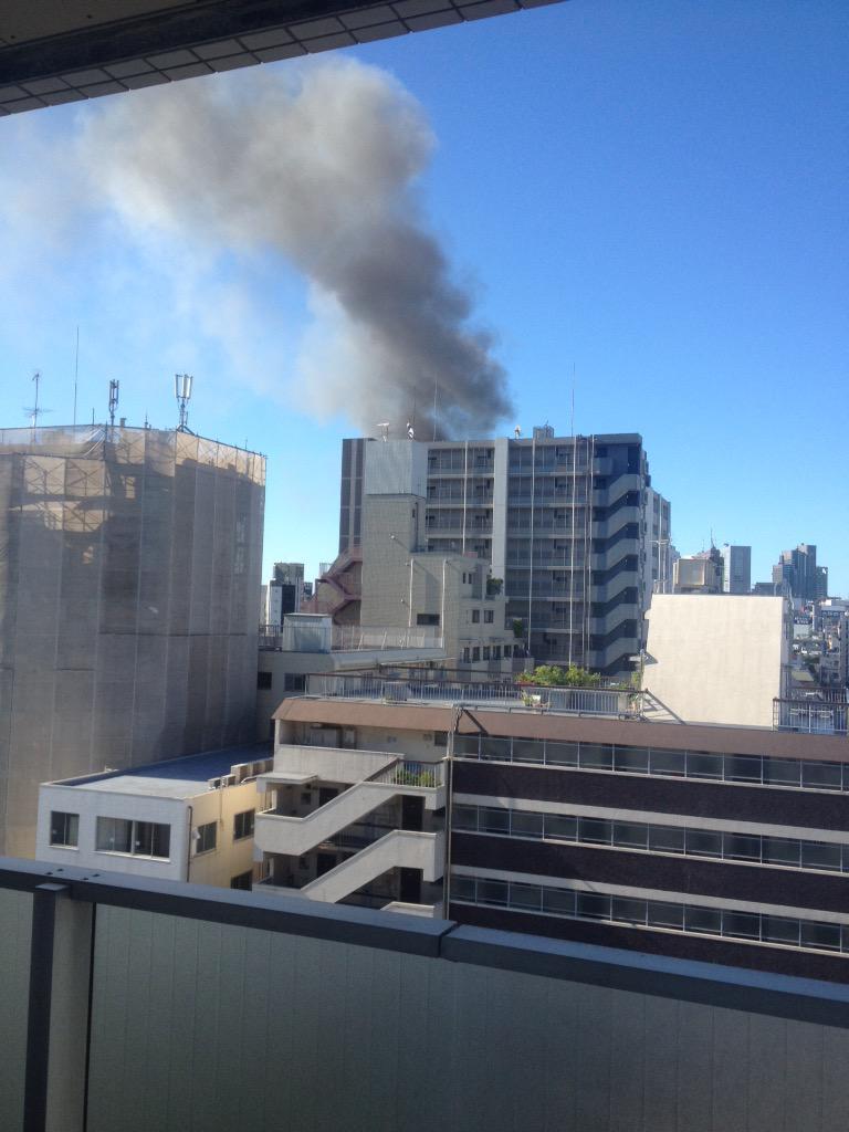 新大久保駅側からドーンッ!って爆発音はしたら煙が上がってる。 pic.twitter.com/ZbiC9qJy6m