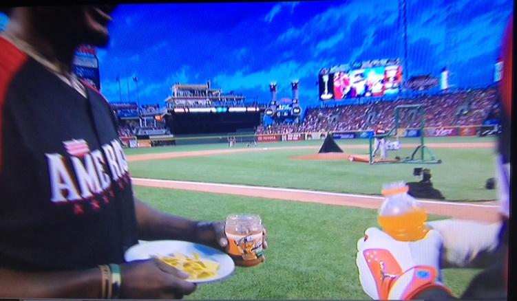 Adam Jones gives Manny Machado some Machado's Salsa during his timeout during 1st round of HR Derby. #Orioles http://t.co/K5eWSph1Cx