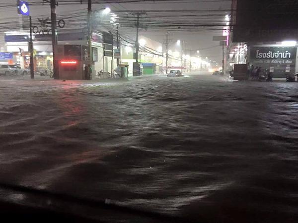 [10.51 น.,14 ก.ค.] ฝนตกหนักมาก โคราช กลายเป็นทะเลไปซะแล้ว [มีรูป] >> http://t.co/MRw6zqH9S0 #thaiflood http://t.co/VDYyp7HHF4