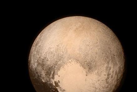 Pluton, comme on ne l'a jamais vue #plutoflyby http://t.co/qShShXGP22