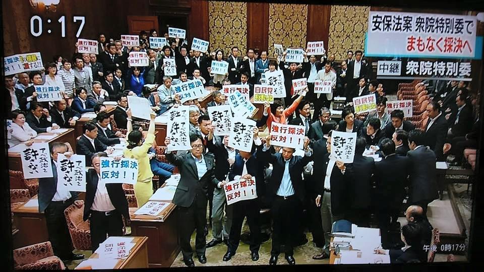野党議員たちが立ち上がる。手には市民たちがつくってセブンイレブンのネットプリントでシェアしてるプラカをもってる。わたしたち、前進してるよ!じわじわつながり力を高めてる。まだまだこれから。#絶対に止める http://t.co/FEDAThjeZ8