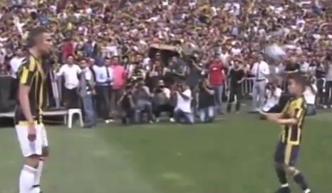 Der Sohn von @Persie_Official stiehlt seinem Vater die Show! VIDEO: http://t.co/kHeJdVnBsN @Fenerbahce #SüperLig