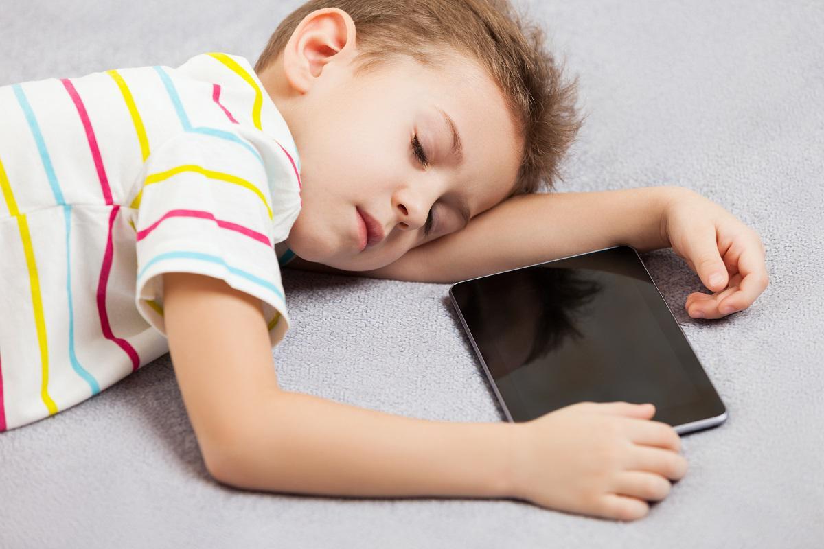 Smartphone o tablet a letto, effetti negativi per il nostro cervello.