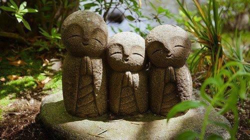 Piccole statue nel Tempio Hasedera a Kamakura in Giappone