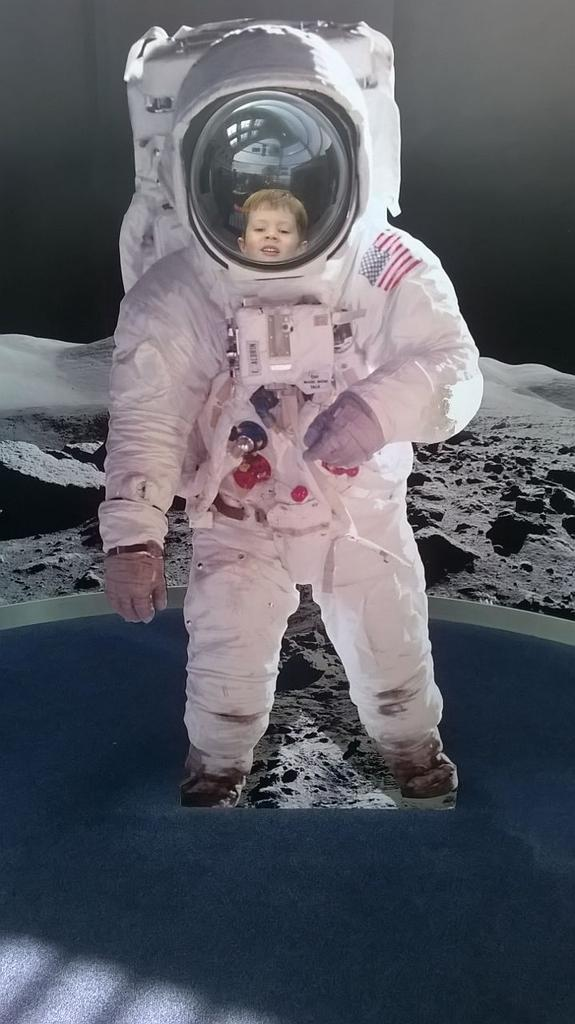 RT @peterdray: Dear @spacecentre, thanks for a terrific day. Your staff were great and the whole family loved it. http://t.co/634zBogBUG