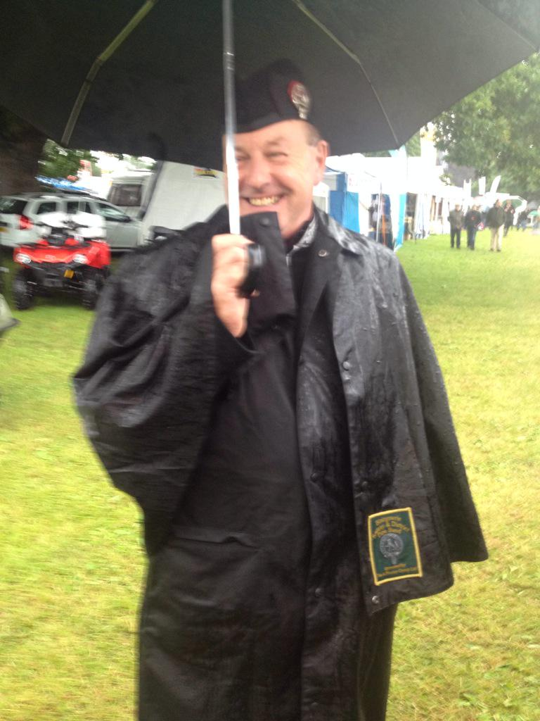 The Pipe Major having a great time at the @ScotGameFair #umbrella http://t.co/Ll8DrEw7Ti