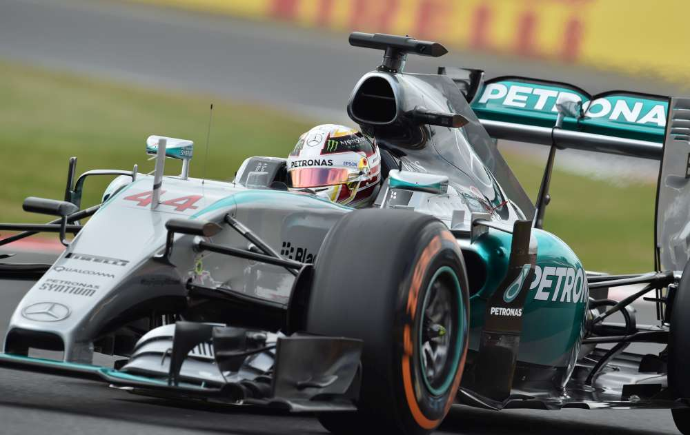 A Silverstone il pilota della Mercedes Lewis Hamilton ottiene la pole position numero 46 nella sua carriera
