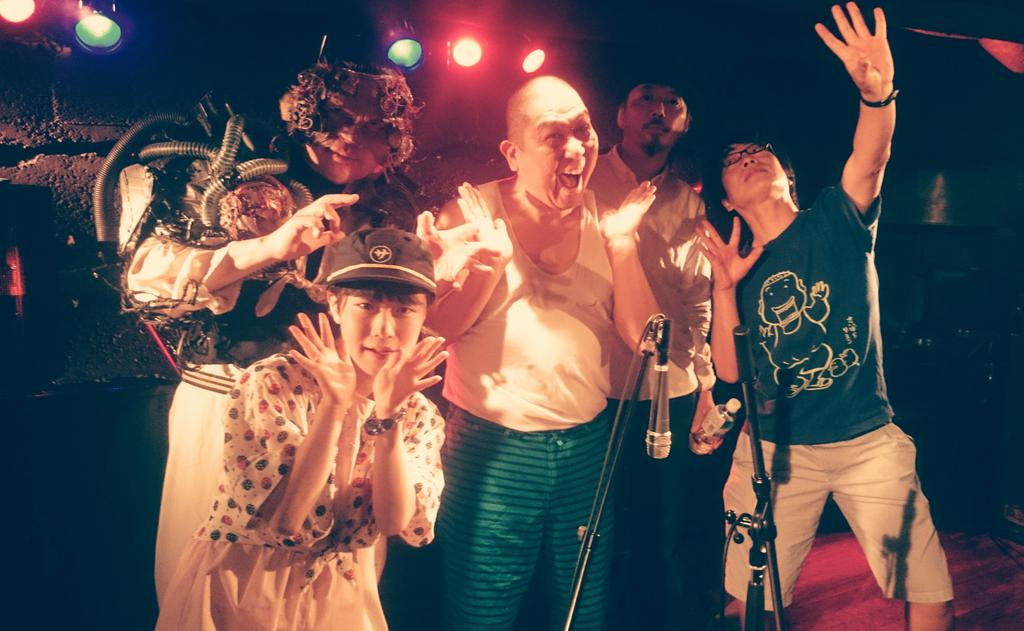 昨夜の「石川浩司54歳生誕祭」お疲れさまでした!滝本さんメカエルビスさんテンテンコちゃん、作品送ってくださった皆様、ご来場くださった皆様、ありがとうございました! そして石川さん!お誕生日おめでとうございました!!記念写真どーん☆ http://t.co/S3u4jyQ8jz