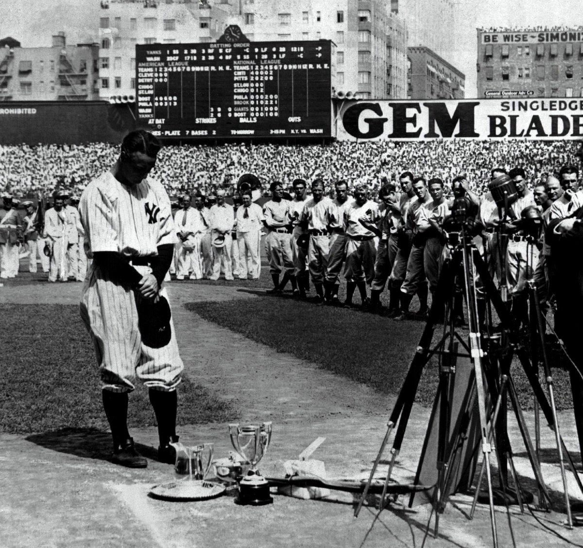lou gehrig farewells to his fans From lou gehrig the farewell speech fans, for the past two weeks you have been reading about a bad break i got yet today, i consider myself the luckiest man on the face of the earth i have been in ballparks for seventeen years and i have never received anything but kindness and encouragement from you fans.