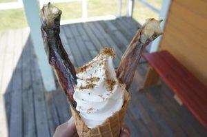 北海道にあるししゃもソフトクリーム♡ししゃもが刺さってるw食べたことある人いるかな?♡ pic.twitter.com/o81Retj4uC