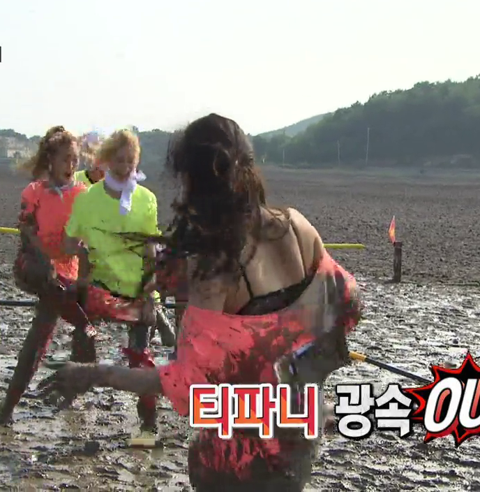 17609a7608f46 Tiffany was almost left without her shirt on Running Man while some ...