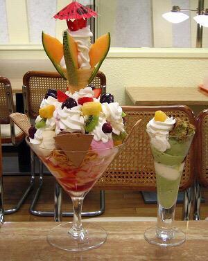 札幌駅にある、雪印パーラーの『巨大パフェ』食べられるか心配だけど美味しそう〜♡♡ pic.twitter.com/T22lmn84AP