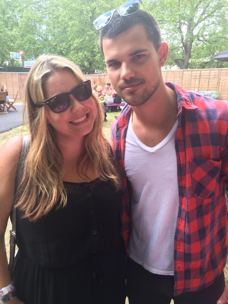 Didn't admit to Taylor Lautner that I'm actually #teamedward. Awks #twilight #newlookwireless http://t.co/2FyXm327od