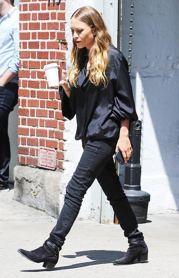 What Mary-Kate and Ashley wear out and about in New York City: http://t.co/3Ay6uAXtXl http://t.co/7ygBFPnLZA