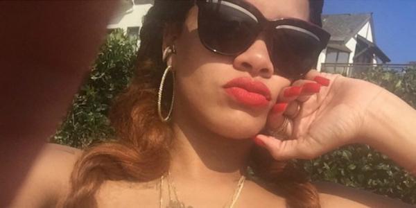 Rihanna doet voor wat je moet doen als je je bikinitopje bent vergeten http://t.co/nVdiLSDtfw http://t.co/zeLF2zXye9