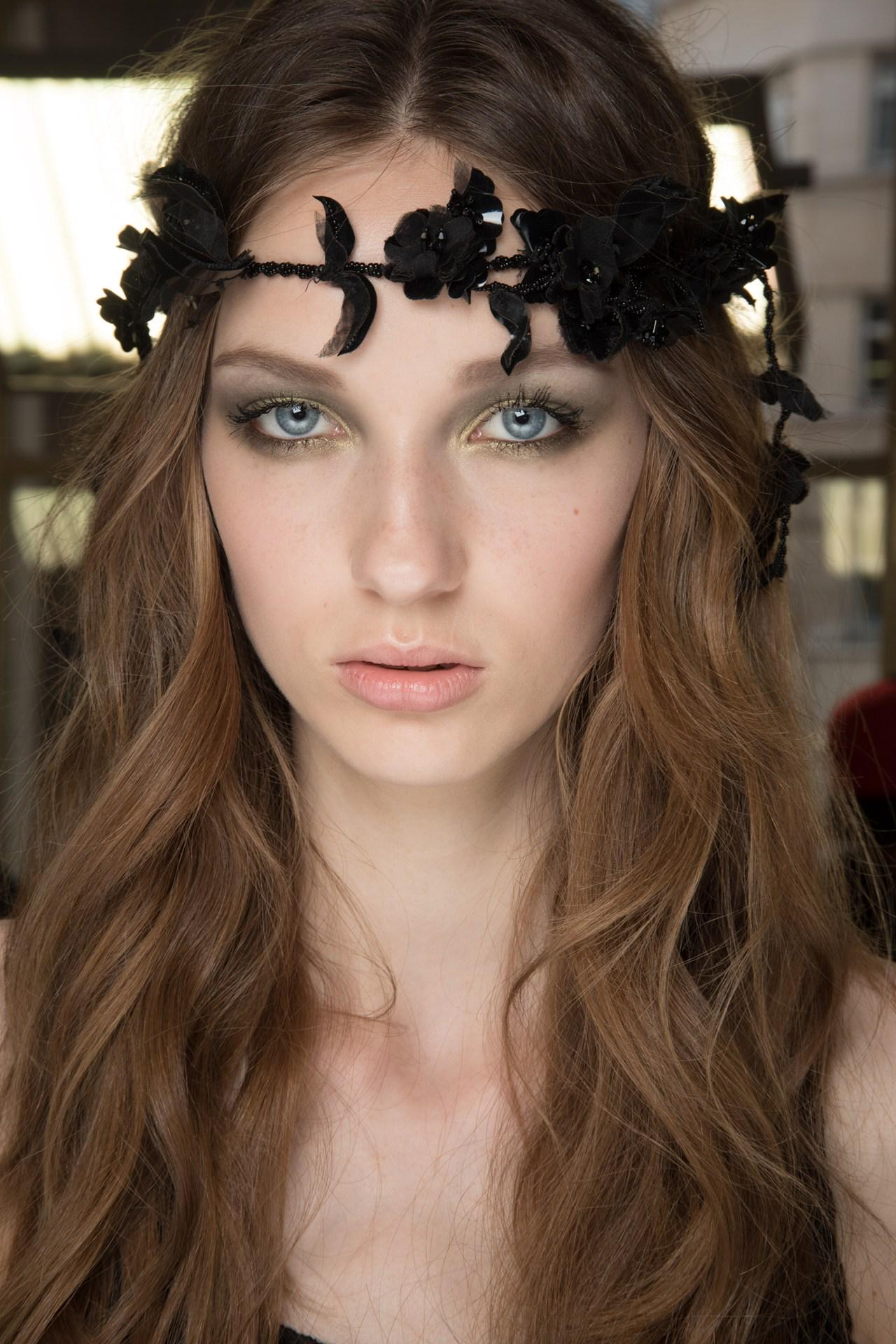 Ethereal emerald eyes and garlanded hair - the beauty at yesterday's @Versace #couture show http://t.co/Q4QHf1gBhA http://t.co/Ha1htHaSKu