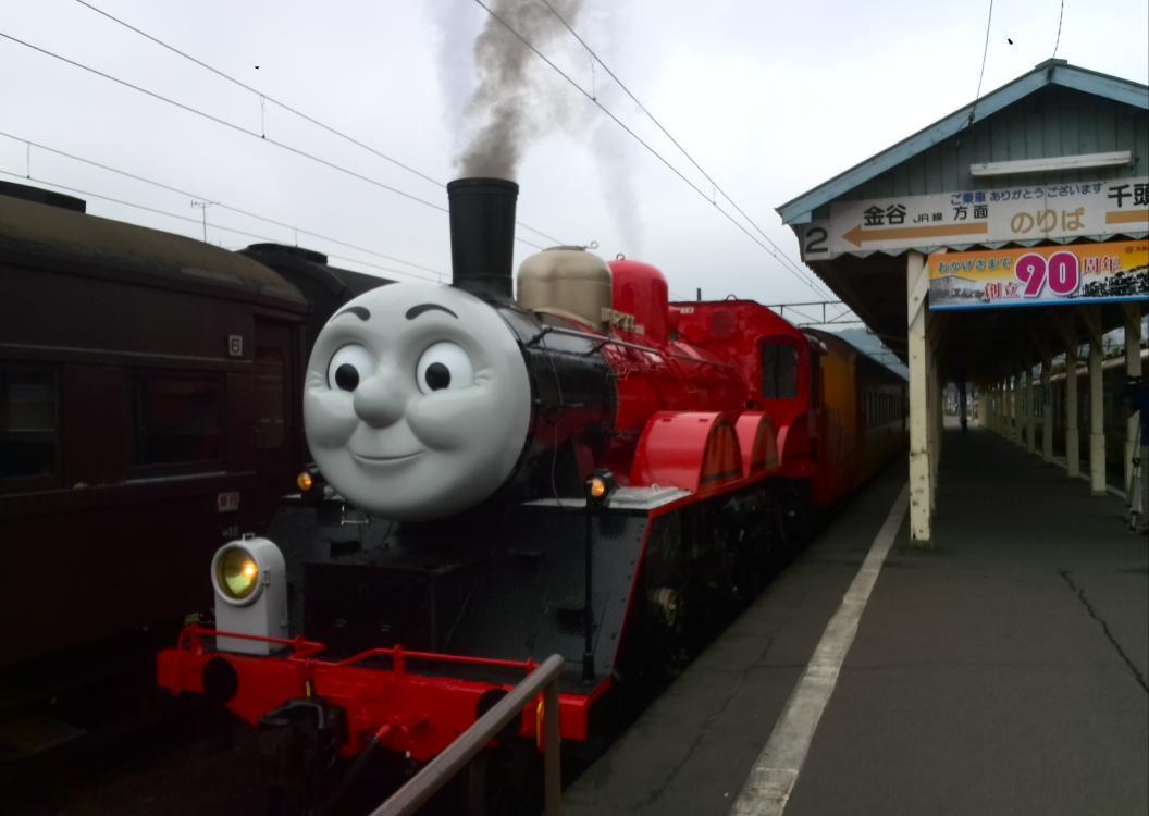 【速報】大井川鉄道のきかんしゃトーマスの赤いSLの仲間「ジェームス」が7日、試験運転のため、島田市の新金谷駅に初登場しました。これから川根本町の千頭駅まで向かいます。 pic.twitter.com/xNdbUnSBY6