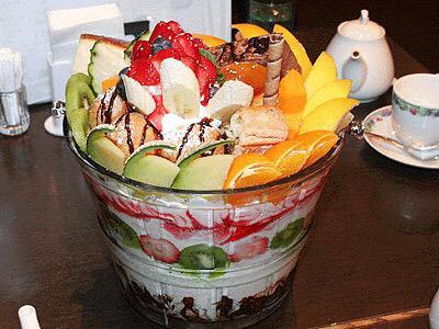 東海地方のキャッツカフェにある超巨大パフェ♡みんなでシェアしながら食べれば完食出来そうな気がする♡♡w pic.twitter.com/JO6MotHSxv