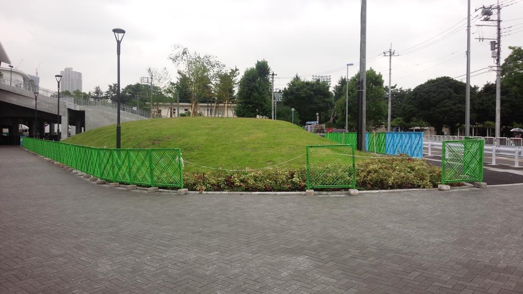 芝の周り、柵がしてある。 http://t.co/7fQvT4RrQQ