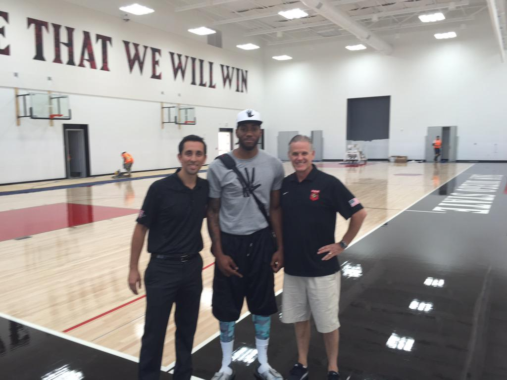 Had a special guest today at the @GoAztecs Jeff Jacobs #JAMCenter. Thanks for stopping by @kawhileonard ! #AztecMBB
