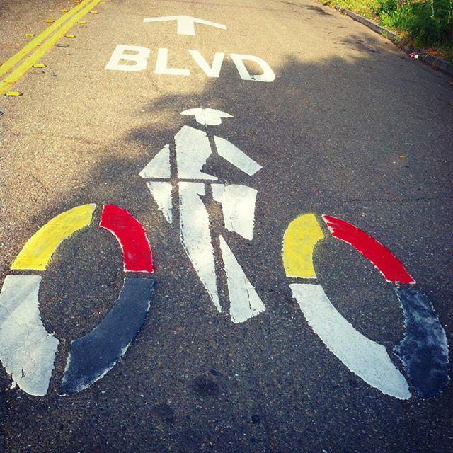 You've seen the painted #sharrows around #Oakland right?  Can anyone out there tell us what it's all about?  Who, w… http://t.co/rzHciiut3W
