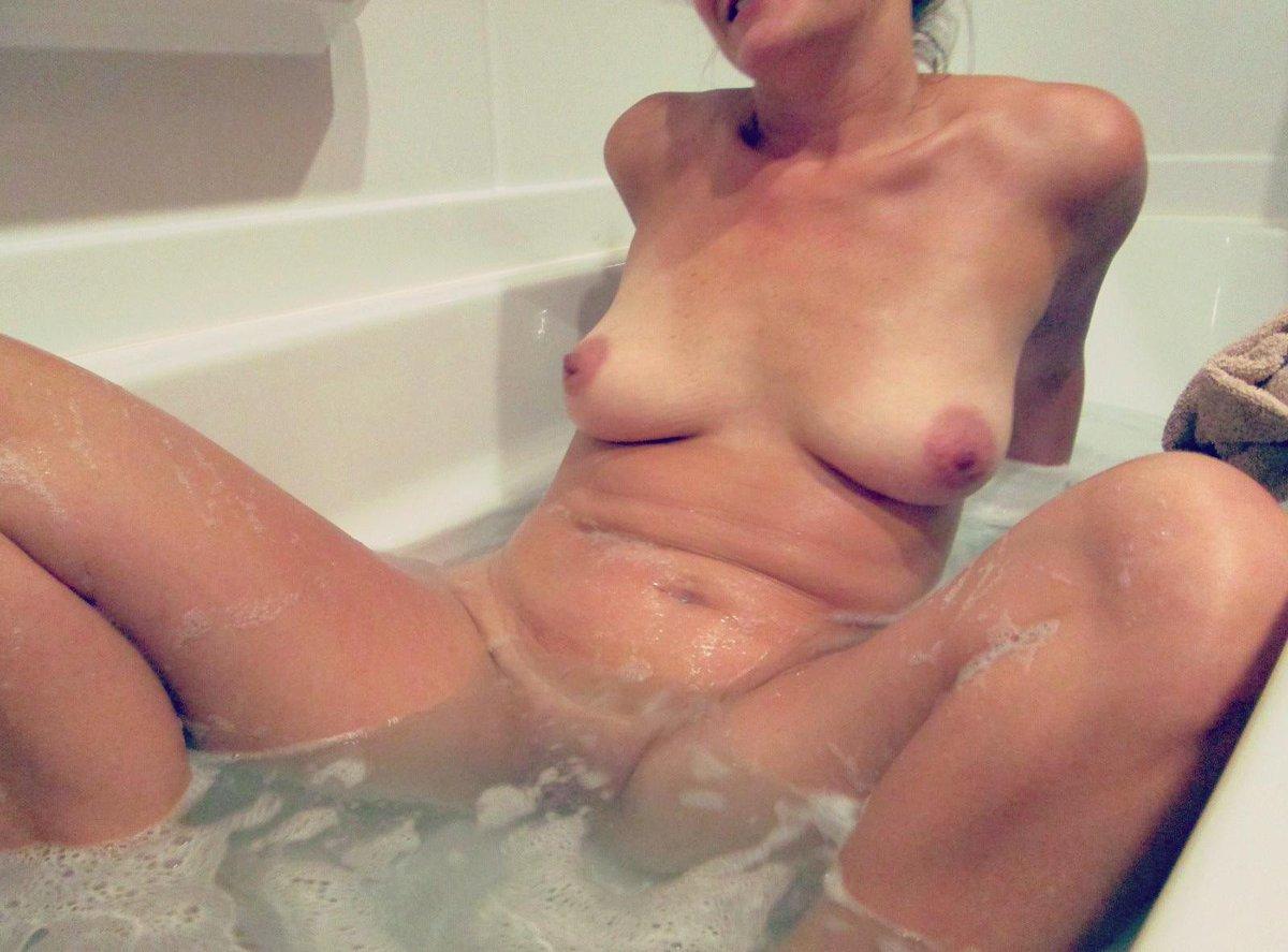 Un bon bain après avoir passé la soirée avec #lastandardiste. 😛  Mon fils et son copain sont bien arrivés en Espagne. http://t.co/qvsg84iZaD