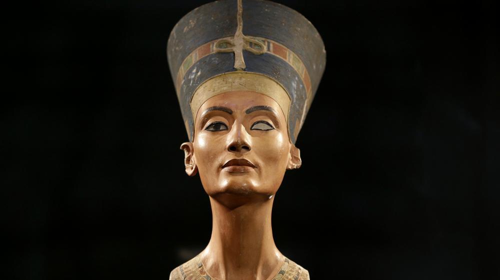 La réplique exposée à Berlin n'a rien à voir avec le buste raté de Nefertiti installé puis retiré de Samalut en Egypte