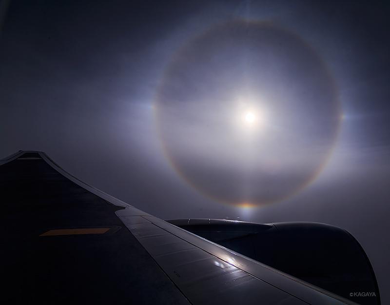 昨日、北海道へ向かう飛行機から見えた大気光学現象。内暈、幻日、幻日環、タンジェントアーク。 pic.twitter.com/l5i1YeCatE