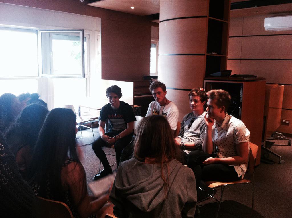 Rencontre entre @TheVampsband et les #Vampettes cet après-midi chez @UMusicFrance ! #TheVampsInParis #Vamily http://t.co/K8JopIbJe0