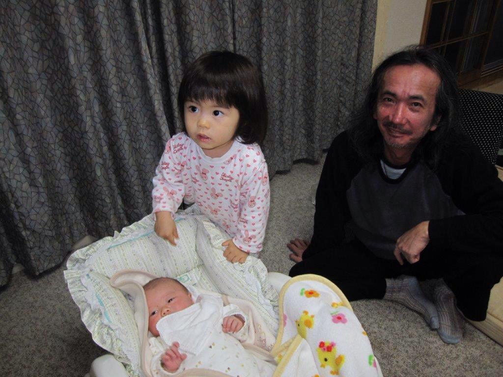 石田長生さん。ギターも最高でしたが、僕は歌う姿が大好きでした。名古屋でLIVEの時はホテルに泊まらずいつも我が家に来てくれて酒を飲みながら色々な話しを朝日が昇るまで…。絶対に戻って来るって思ってました…。テーブルで一人で献杯。 http://t.co/oRyYd1Qqea