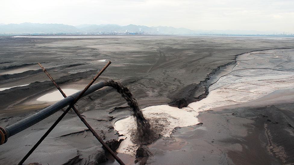I rifiuti tossici e radioattivi hanno creato un lago artificiale di colore nero