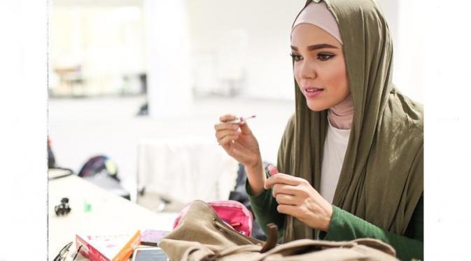 Kisah Hijrah Dewi Sandra Bermula Dari Titik Jenuh Menjalani Kehidupan - AnekaNews.net