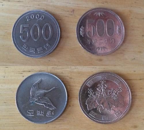 つかまされた500ウォン硬貨を手持ちの500円玉と並べて撮ってみたけど似すぎだよ……用心してないと間違えるわ……でもまさか日本国内でこういうことがあるとは思わなかった http://t.co/Ei5t1ACfBM