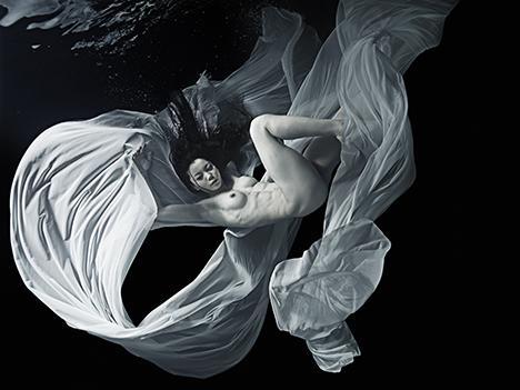 """写真家・池谷友秀の個展「BREATH – MOON」開催中。仄暗い水の中に宿る""""生と美""""の究極のセッション!銀座のヴァニラ画廊にて、7月18日まで! http://t.co/qapJHkqf3O http://t.co/sXBNMs8Aqs"""