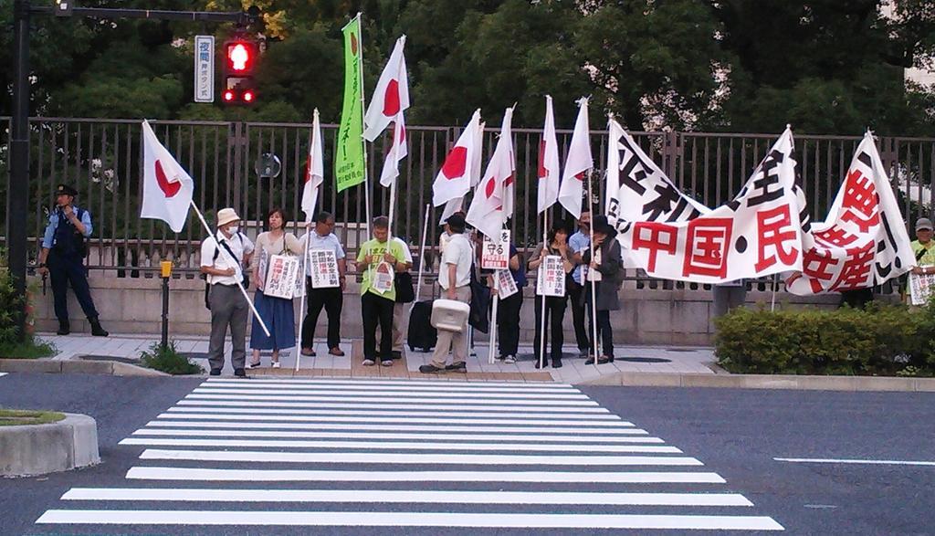 【悲報】同日、同場所で行われた右翼デモとSEALDsデモの違いをご覧ください