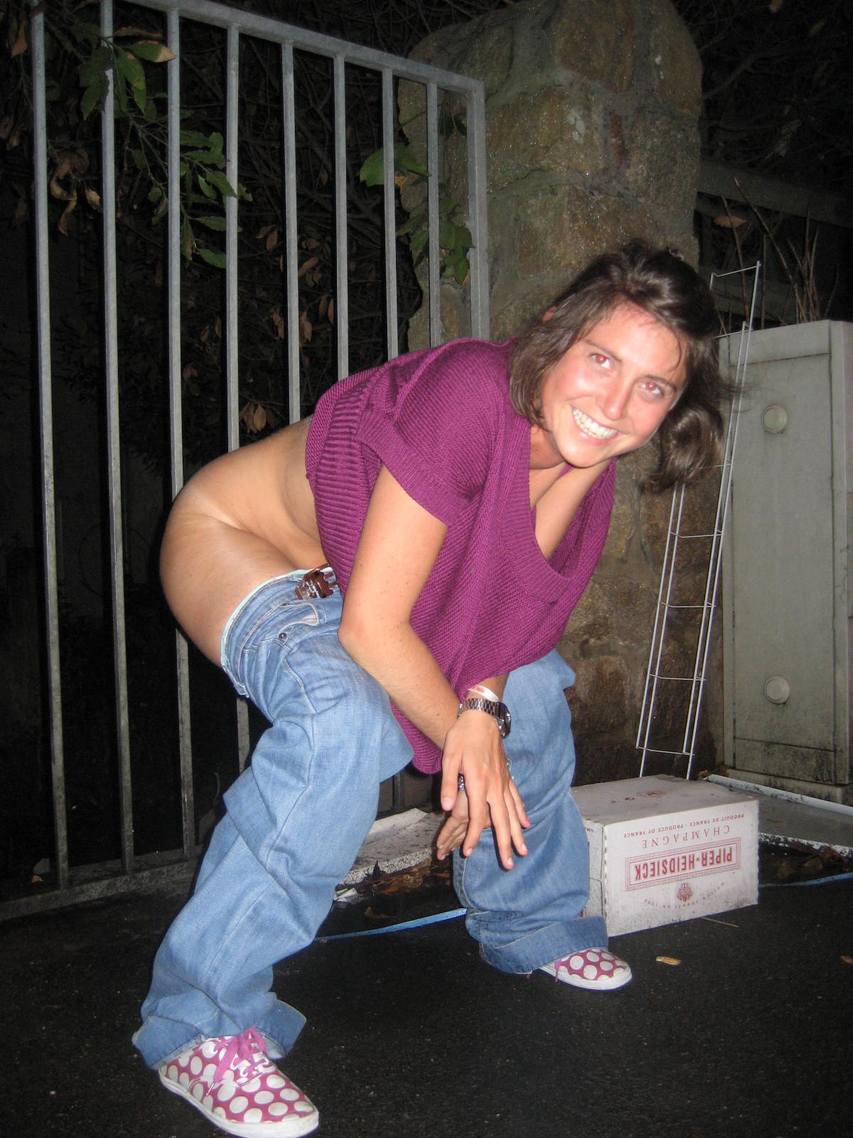 squat pissing CJoKa5UVAAA6-yW.jpg:large