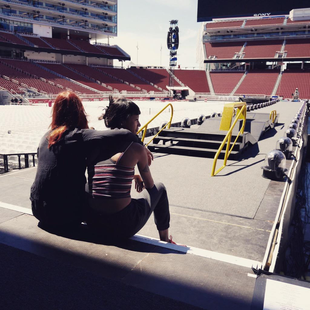 Just having a moment , tonight is gonna be magic.feel it in the air! Soon this place will packed! #ontheroadagain1d http://t.co/Cq0BOCe5Hz
