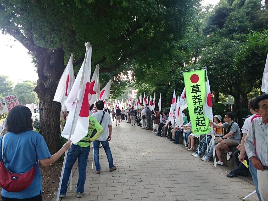 """マスゴミでは決して報道されない事実。左翼過激派の暴力デモとは違うね。""""@11Katsura06: """"@dawn_journey: 国会議事堂前の頑張れ日本!全国行動委員会の安保賛成派デモです http://t.co/AJrPkPEtBd"""" 通行人の方の邪魔にならないよう配慮されて"""